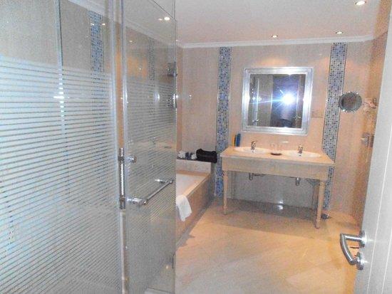 SUNRISE Grand Select Crystal Bay Resort : Notre salle de bain