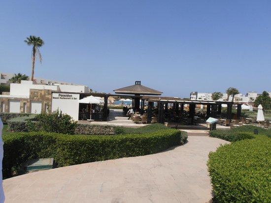 SUNRISE Grand Select Crystal Bay Resort: Bar-restaurant de la plage