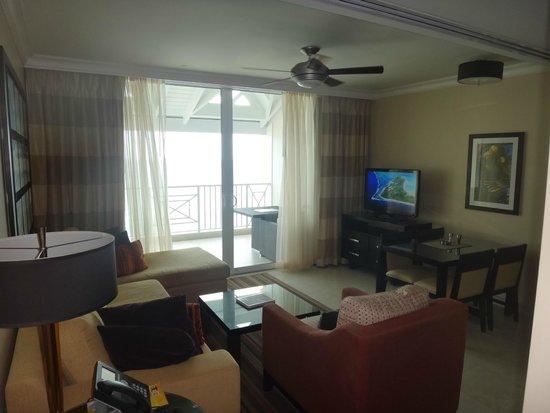 Ocean Two Resort & Residences: Living Room