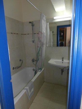 Finas Hotel Apartments: lovely tiled bathroom with full bath