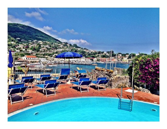 Aragona Palace Hotel : roof top pool and harbor view