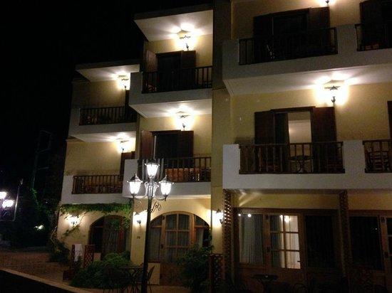 Almyrida Beach Hotel : Studios at night