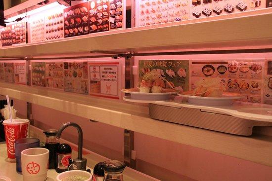 "Genki Sushi, Shibuya: ""Livraison"" des plats"