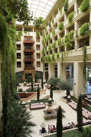 Spanischer Innenhof lobby mit haupt innenhof erinnert an superhotels in dubai picture