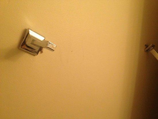 Niagara Lodge & Suites: Broken Rack