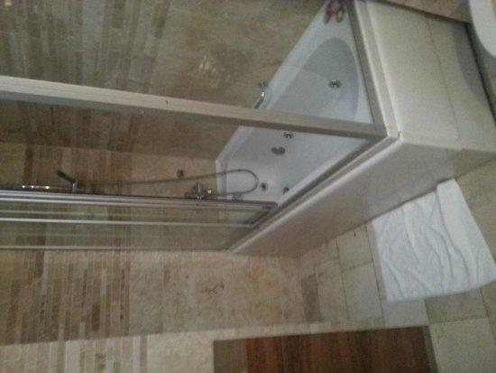 Goldcity Tourism Complex: jacuzzi bathroom in family suite