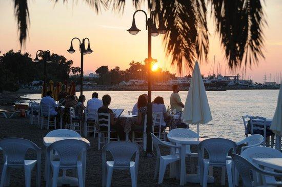 Mavromatis: Ηλιοβασίλεμα στη Ταβέρνα του Μαυρομάτη