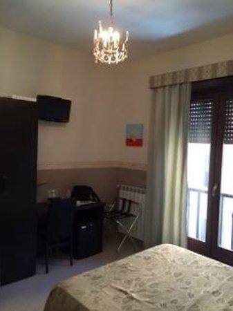 Santa Maria Inn: Stanza matrimoniale - armadio-scrivania-frigobar
