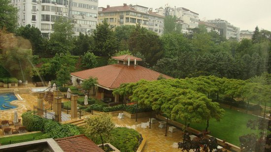 Grand Hyatt Istanbul: Yard in a rainy day