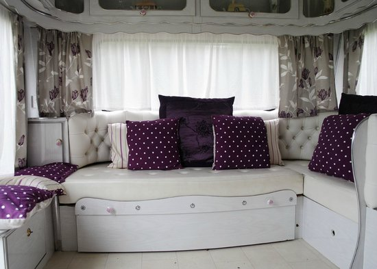 Bouncers Farm: Foxglkove seating area/pull out sofa bed