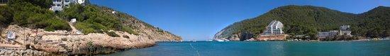 Sirenis Cala Llonga Resort: Panoramic pic from the beach. Sirenis on the left