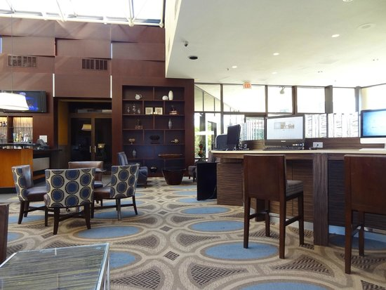 Hilton Alexandria Mark Center: Lobby/bar areas.