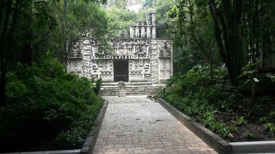 Musée national d'anthropologie de Mexico : Tempel im Garten
