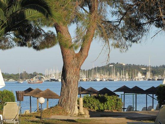 Louis Corcyra Beach Hotel: Strandpromenad mot marinan