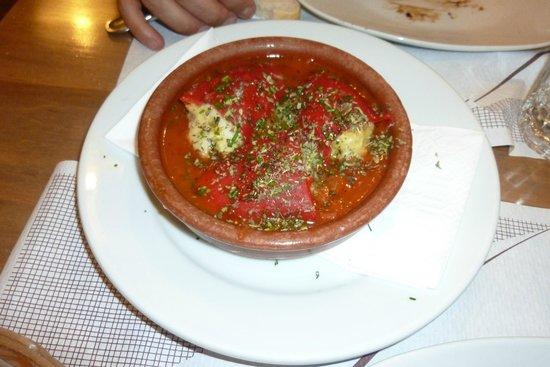 El Meson de Cervantes: Peperoni dolci ripieni di baccalà con salsa di pomodoro