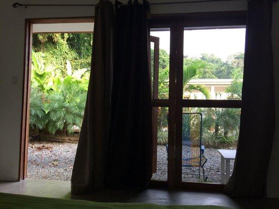 Hotel Boutique Indalo: Vista desde la habitación, en frente un pequeño jardín.