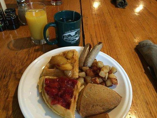 Gazebo Inn Ogunquit : Amazing breakfast! Those scones though...