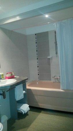 Hotel de Paris : salle de bains refaite à neuf très propre
