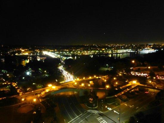 Holiday Inn Rosslyn @ Key Bridge: View at night