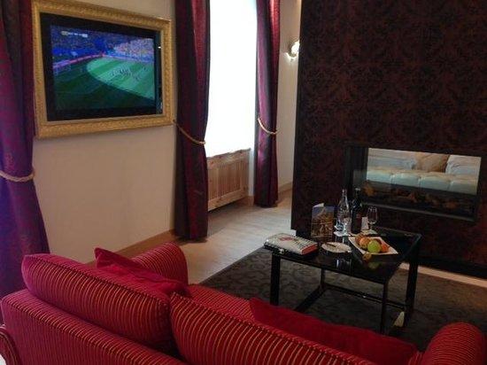Grand Hotel Zermatterhof: sitting area of the room with an entrance door