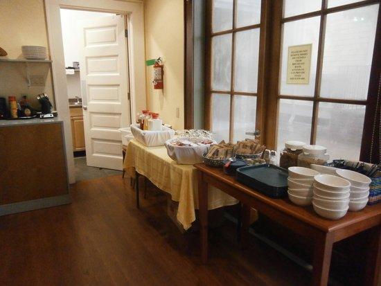Queen Anne Hotel: Breakfast Room at Prytania Oaks