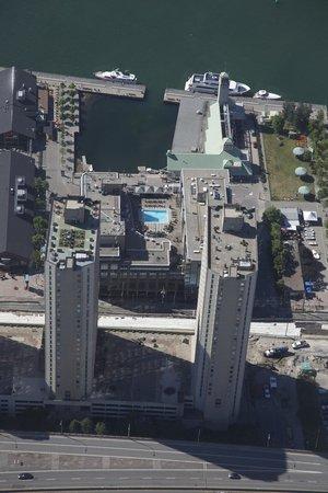 Radisson Admiral Toronto Harbourfront: Der Pool in der Mitte des Bildes gehört zum Hotel