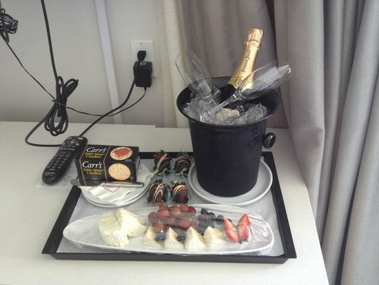 Marriott Stanton South Beach: Surprise champagne, fruit and cheese platter shortly upon arrival.
