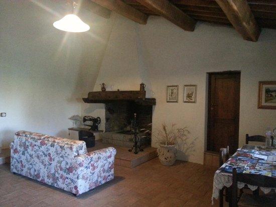 il soggiorno con camino - Foto di B&B Antico Casale, Castel Giorgio ...