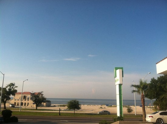 Holiday Inn Biloxi: Beach across the street!