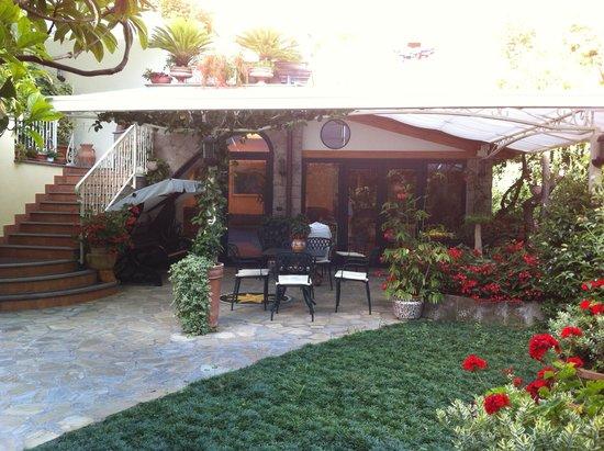 Relais Villa Angiolina: Front entrance & courtyard