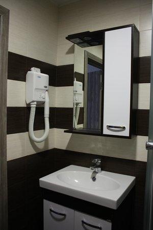 Aron Hotel: Просторная и продуманная ванная комната