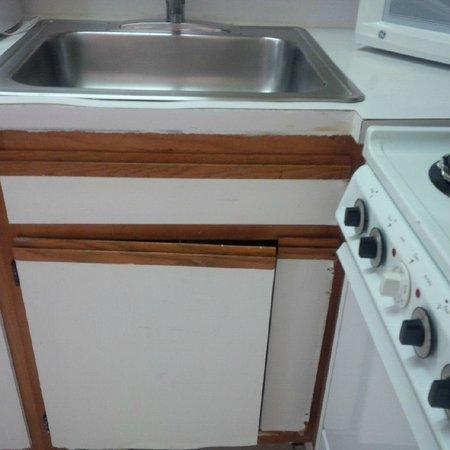 Seabonay Beach Resort: Broken down kitchen cabinents