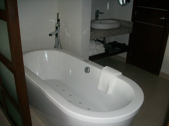 Royalton White Sands Resort: Jacuzzi Bath