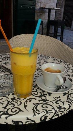 Caffe Bar Smokvica : Best orange juice in Trogir.
