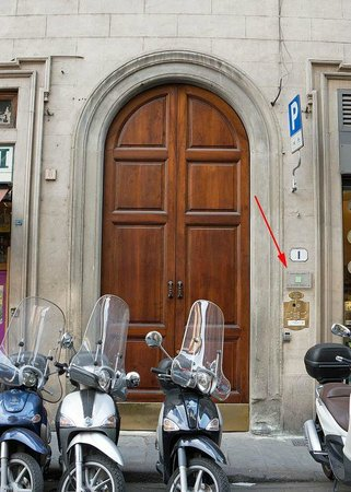 B&B Tourist House Ghiberti: Front Door and plaque showing that this is the THG