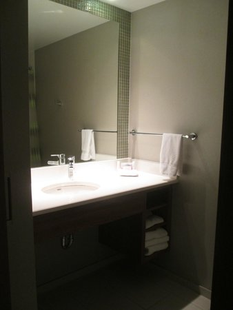 SpringHill Suites Columbus OSU: Larger main bathroom