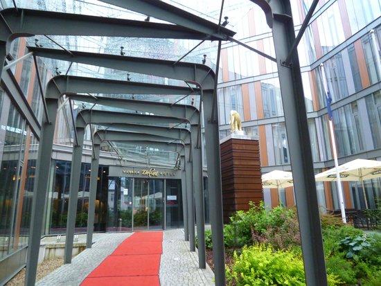 Rixwell Elefant Hotel: 入口横で象がお出迎え!!