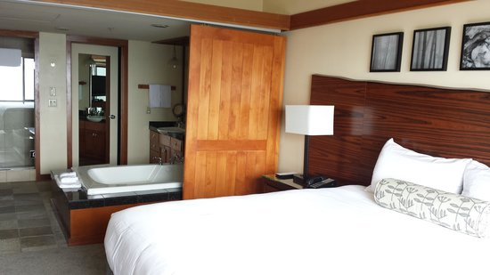 Hyatt Carmel Highlands: Privacy door to bathroom area