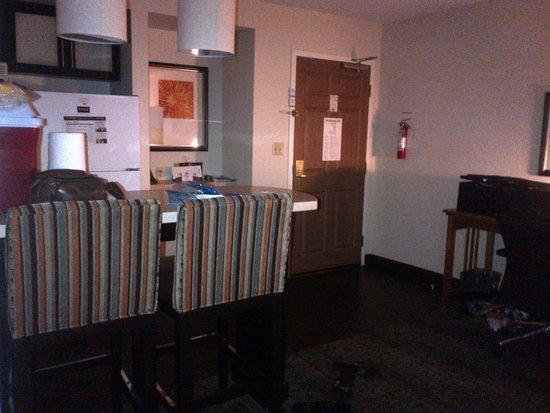 Staybridge Suites Toronto: kitchen/entrance