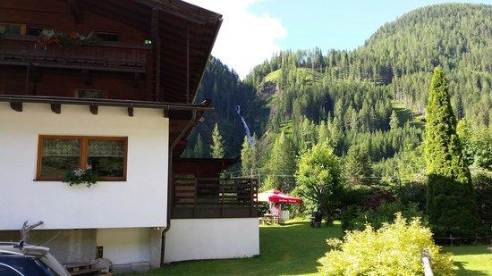 Alpengasthof Zollwirt: Zollwirt mit Wasserfall im Hintergrund