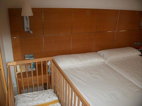 Cala Marsal: bébé coincé entre le mur et le lit