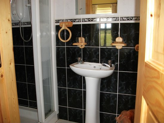 Creevy Holiday Cottages : The Rock - ensuite