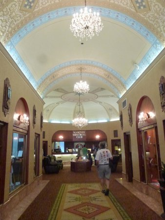 Marines Memorial Club Hotel : Lobby and Front Desk