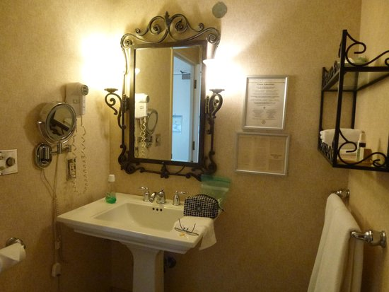 Marines Memorial Club Hotel: Bathroom with Good Make Up Mirror
