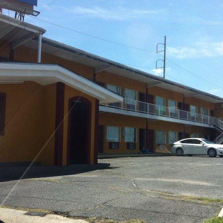 Sweet's Inn Motel: Dirty motel
