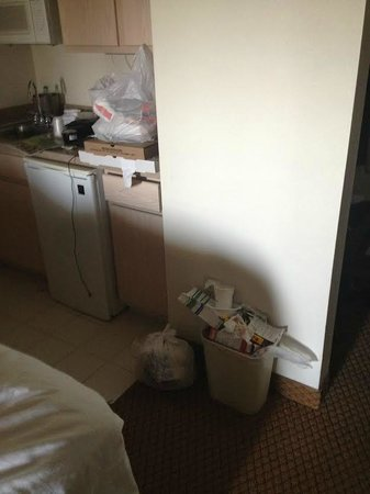 Holiday Inn Express Boulder: Garbage left in Room all week
