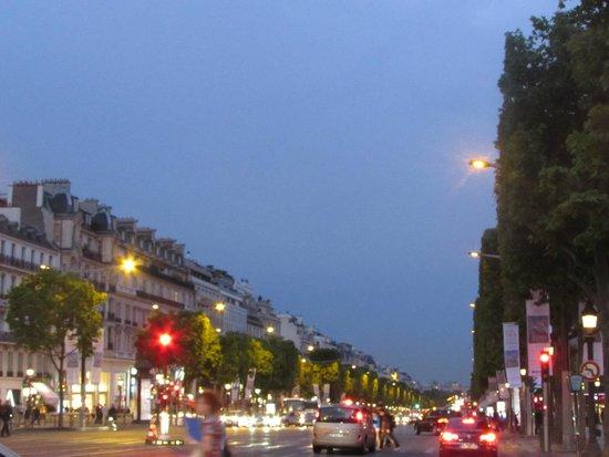 Champs-Élysées : Linda