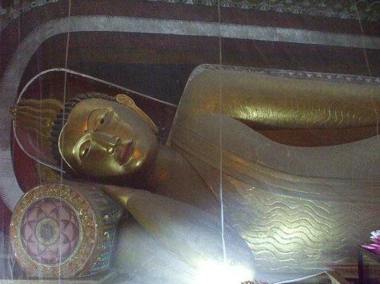 Kelaniya Raja Maha Vihara: 涅槃仏