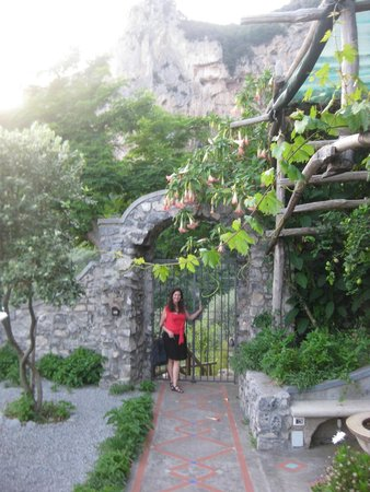 B&B Le Ghiande : Garden walkway