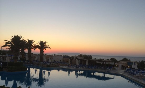 Aldemar Knossos Royal: Sunset over the pool